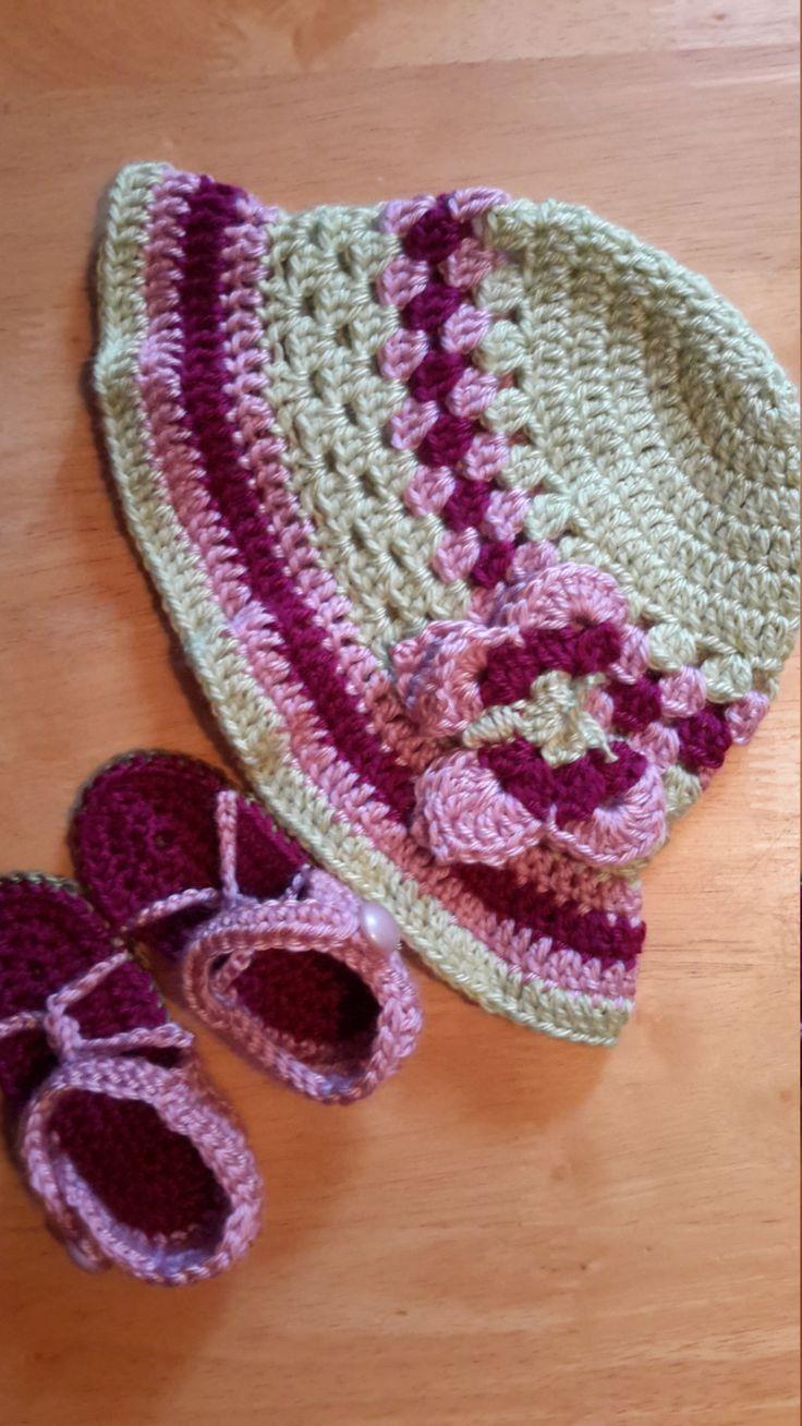 Ensemble Chapeau de soleil avec bordure et appliqué papillon et sandales de bébé avec ganse et bouton au crochet pour l'été vert et rose de la boutique Agadoux sur Etsy