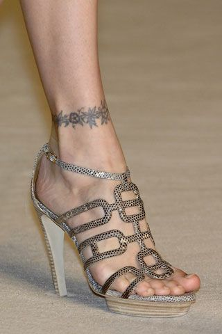 Molto curiosa questa collezione che vi presentiamo, di Hermes, che include oltre a dei magnifici sandali, che un paio di stivaletti in verità non molto est
