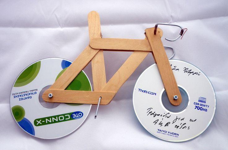 Mini bicicleta con materiales de reciclaje.