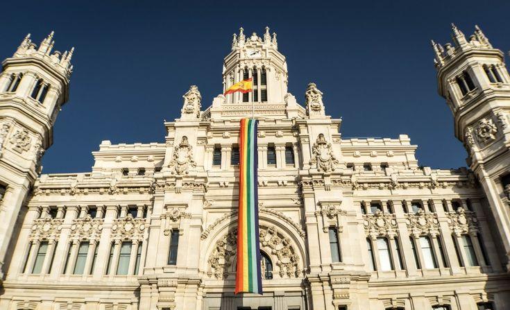 Bandera, bandera gay, bandera del arco iris, monumento, Madrid, arquitectura, España, edificio, palacio, colosal, perspectiva, ciudad, Europa, paisaje urbano, monumento cybele, fachada, imagenes gratis, imagenes de hombres gay, orgullo gay, igualdad de genero, homesexualidad, lesbianismo, transexual, bisexualidad, fotos gratis de hombres gay