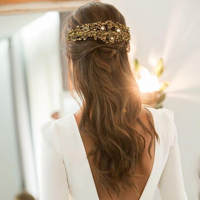 El semirecogido de Elsa Hair @oui_novias using @ghdspain - Más detalles en www.ouinovias.com - Foto @byarantxasandua Vestido @bebascloset Tocado @suma_cruz_oficial #novias #ouinovias #inspiracion #weddinginspiration #weddingstyle #recogidos #ghd