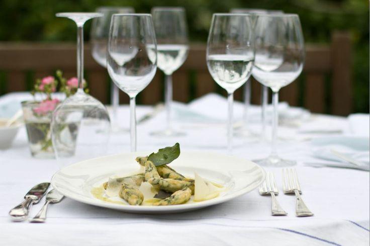 Das ganz besondere Angebot der Villa Martha Kochschule ist ein Fünf-Tageskochkurs. Die Teilnehmer erhalten umfangreiche Tipps über die Zubereitung der Gerichte der gehobenen Küche. www.villa-martha.de