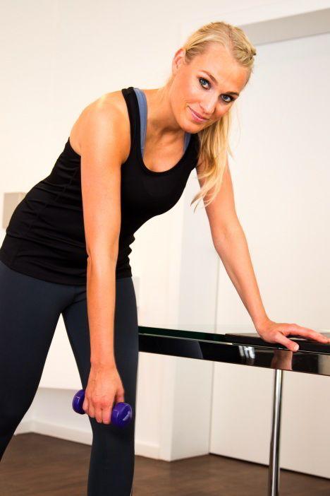 Schulter-Übung 5: Mit dem Armpendel die Bildung von Gelenkschmiere fördern. © Gelenk-Klinik.de