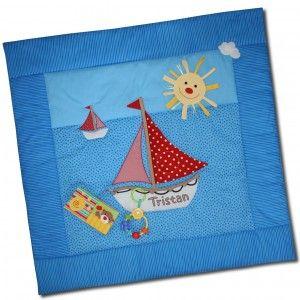 Laden Sie die kostenlose Anleitung herunter und nähen Sie eine Krabbeldecke für Babys! Ein tolles selbstgenähtes Geschenk zur Geburt.