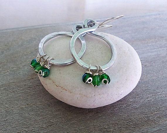 Orecchini piccoli a cerchio con perline verdi idea di Candylostile