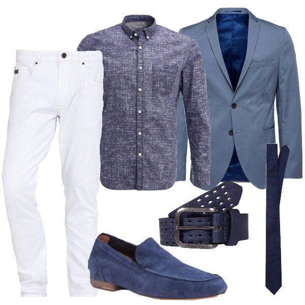 I pantaloni in cotone bianchi modello jeans sono abbinati alla camicia modello classico in cotone a fantasia astratta bianca e blu con colletto chiuso da bottoncini. Aggiungiamo una giacca azzurra carta da zucchero aderente e chiusa da due bottoni. Ai piedi mocassini in camoscio bluette con suola e tacchetto. Per finire cintura in pelle blu traforata e cravatta larghezza media blu notte.