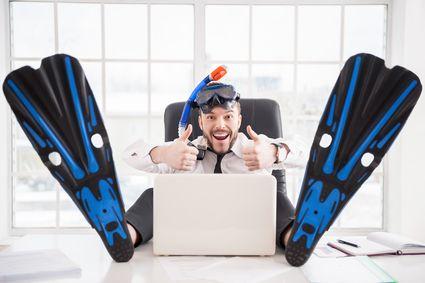 Czy Twój szef może po prostu wysłać Cię na urlop? Jak zawrzeć umowę w sprawie urlopu, by była zgodna z prawem? Co się stanie, jeżeli zachorujesz w czasie trwania urlopu? W poniższym tekście znajdziesz odpowiedzi nie tylko na te pytania, ale uzyskasz również informacje na temat urlopu zakładowego oraz wstrzymania urlopów.