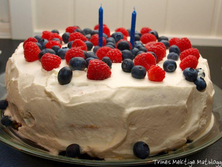 Bløtkake må man ha når det skal feires fødselsdag, og andre små og store anledninger! En bløtkake spekket med massevis av friske blåbær og bringebær får du garantert avsetning på!