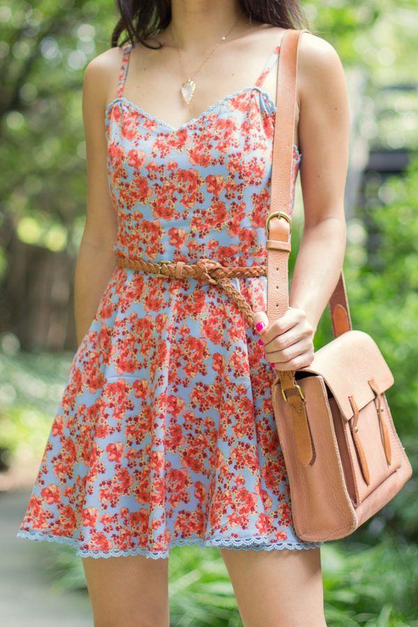 Vestido floral com cinto - Veja em http://vestidododia.com.br/dicas/como-combinar-acessorios-com-vestidos-estampados/