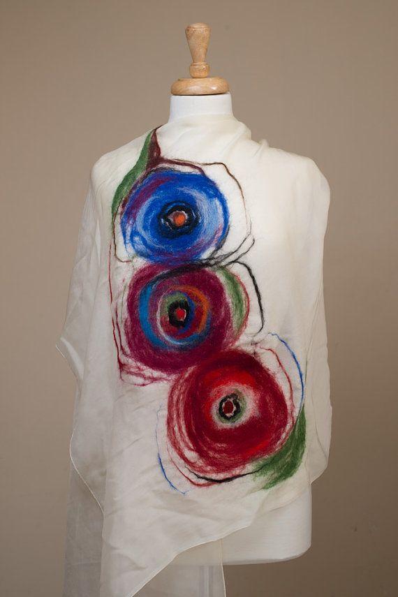 Drie multi kleur poppy bloemen zijn op deze licht van gewicht en zeer zachte witte zijde chiffon sjaal vilten. Je kan niet geloven dat het is voelde,