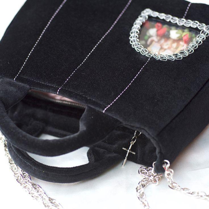 http://vitaocculta.com/handbags/handbags-littleBlackSaint-with-chain.htm