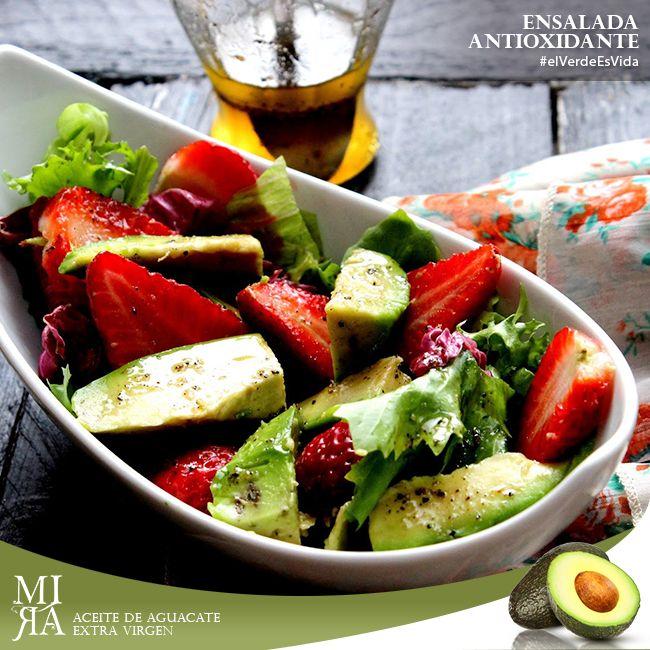 ENSALADA ANTIOXIDANTE  INGREDIENTES: - 1 taza de frutillas - 1 taza de aguacate cortado en cuadritos - Lechuga crespa al gusto - 1 cucharada de MIRA Aceite de aguacate - 2 cucharadas de vinagre balsámico - 3 cucharadas de jugo de limón - Sal y pimienta al gusto  PREPARACIÓN: - Mezcla la lechuga, las frutillas y el aguacate en un tazón - Prepara el aderezo mezclando el jugo de limón, el aceite MIRA, la sal y la pimienta, agrégala a la ensalada antes de servir.