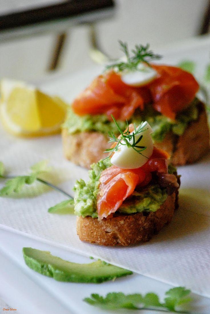 Tostas, bruschetas, salmón, tapa de salmón ahumado, ahumados, crema de aguacate, aperitivo.