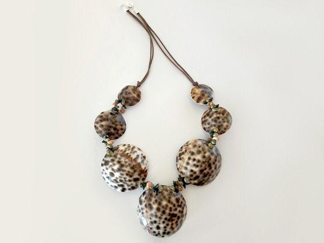#Collar #conchas #tigre hecho a mano por una de las mejores collaireras de España. Cómpralo online en manosesmas