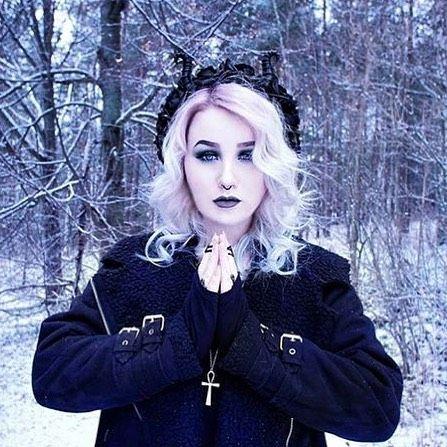 Winter goddess ❄️💜 @thelillypierce. Hellaholics eternal Ankh necklace ✨ -  -  -  #alternative #altfashion #alternativefashion #nugoth #restylepl #hellaholics #occult #occultjewelry #occultfashion #pinkhair #pastelhair #pastellove #pinkhairdontcare #winter #snow