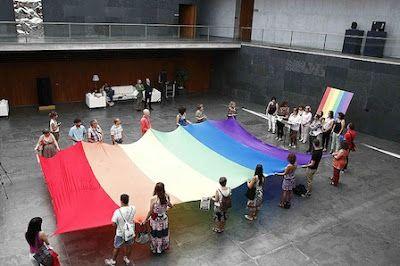 La bandera arcoiris del colectivo LGTBI colorea el Parlamento La Cámara muestra su compromiso para avanzar en la lucha contra la discriminación por motivo sexuales EFE | Noticias de Navarra, 2015-06-26 http://www.noticiasdenavarra.com/2015/06/26/sociedad/navarra/la-bandera-arcoiris-del-colectivo-lgtbi-colorea-el-parlamento