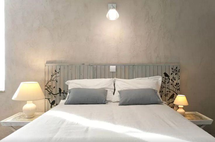 Une de mes chambres d'hôtes. Tête de lit, sur la base de vieux volets récupérés, coupés, poncés, patinés, peints...