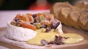 Ovengebakken camembert met pistachenoten en gedroogd fruit - Irene & Rudolph vieren kerst - SBS6