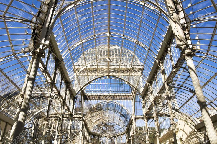 Cristal Palace, Parque del Retiro di Madrid. Il palazzo venne costruito nel 1887 in occasione della Esposizione delle isole Filippine tenutasi in quell'anno e ha una struttura in metallo completamente coperta da lastre di vetro. Il palazzo venne realizzato da Ricardo Velázquez Bosco e il progetto si ispirò al Crystal Palace di Joseph Paxton.