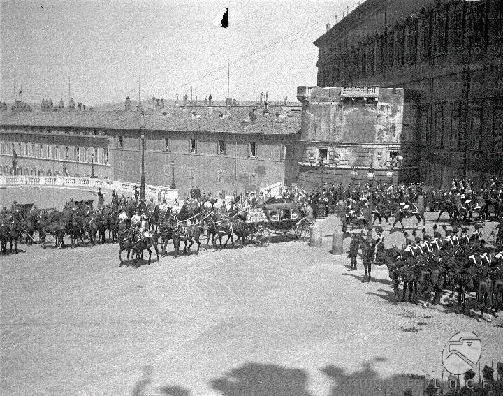 La berlina reale lascia il Quirinale 20.04.1929 Carabinieri a cavallo presidiano la piazza durante il passaggio delle carrozze