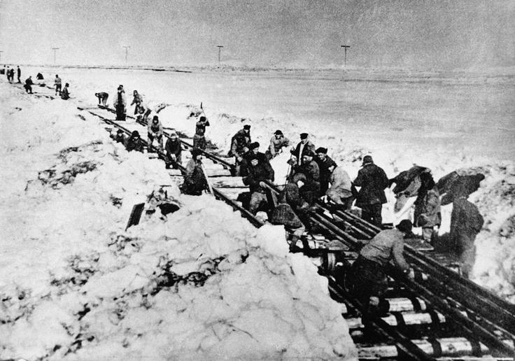 Construcción de una línea de ferrocarril en la región ártica (1947). Es una de las fotos que tomaron presos, rescatadas por el periodista polaco Thomas Kizny para su libro 'Gulag'.
