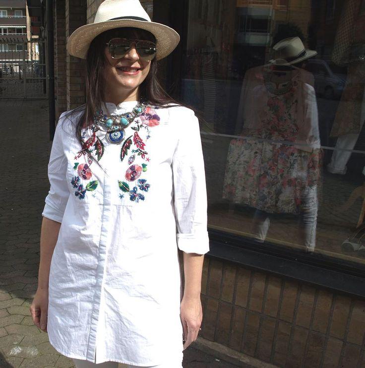 Hej, Hej, Idag har jag på mig en vit långblus från French Connection. Den har broderier och små färgglada paljetter i folklore- och bohemisk stil. Till den kombinerar jag ett par vita jeans med vit…