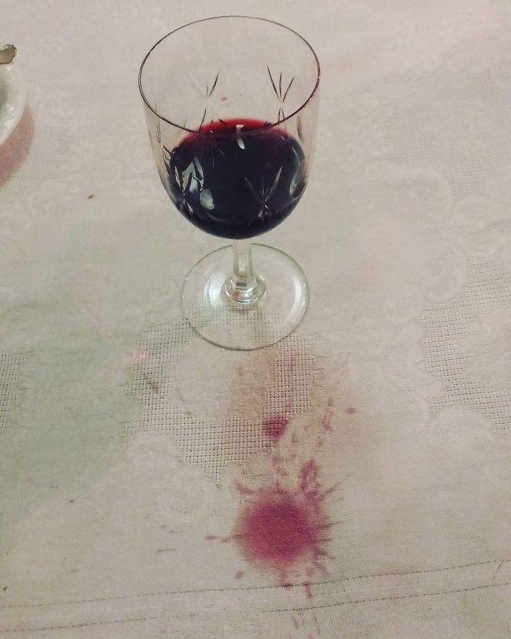 Onneksi näin emäntä itse omalle pöytäliinalleen. #itsetehty #pöytäliina#punkku #viinitahrat #punaviini#foodlover #ruokablogi #ruoka#kotiruoka #herkkusuu #lautasella #Herkkusuunlautasella