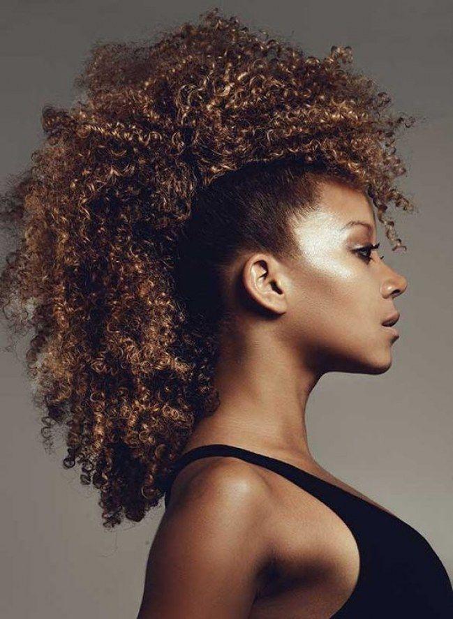 Penteados para cabelos crespos e cacheados: afro hawk