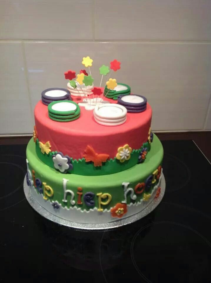 Zelf gemaakte taart gezien via Facebook @kleuterwereld van piepschuimbasis en fondant. .. aflakken met blanke vernis
