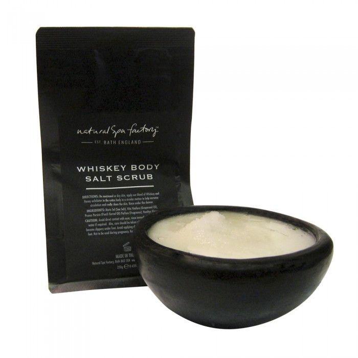 Whiskey Body Salt Scrub (250 gram). Øg din energi med denne whisky salt skrub. Det er en varm og forførende rig skrub, der har en skøn og luksiuøs duft af søde krydderier. Den undertonede duft af whisky vil gøre af dig afslappet og fyldt af energi.