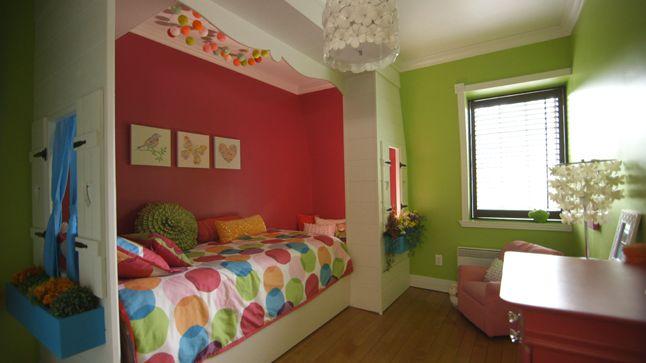 Une maisonnette très féminine a été aménagée dans la chambre. L'intérieur de la maison a été peint d'un rose fuchsia intense afin d'accentuer l'effet cocon.
