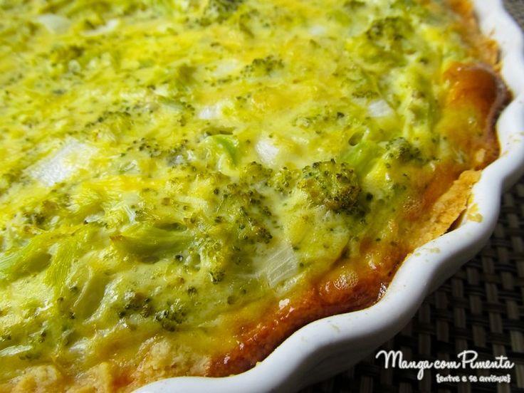 Quiche de Brócolis, perfeito para acompanhar uma salada no almoço da semana. Clique na imagem para ver a receita no Manga com Pimenta.