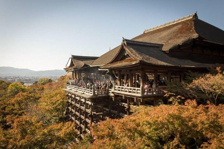 Der Kiyomizudera-Tempel ist ein weiterer der Großen in Sachen Sightseeing in Kyoto. Von der Atmosphäre her ist der Kiyomizudera dem Kinkakuji sehr ähnlich: gedrängt und laut. Die größten Unterschiede sind, dass der Kiyomizudera weit im Südosten liegt (Kinkakuji: Nordwesten) und dass man erstmal eine ordentliche Steige überwinden muss. Und es gibt deutlich mehr zu sehen. Reihe: Die Großen in Kyoto Über Kiyomizudera Kiyomizu-dera (jap. 清水寺) bezeichnet mehrere buddhistische Tempel, aber…