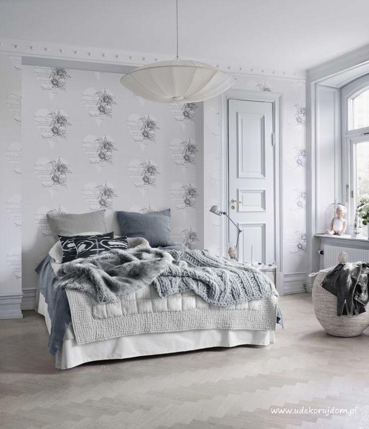 Sypialnia w odcieniach szarości w stylu skandynawskim, w tle tapeta firmy Boras Tapeter.