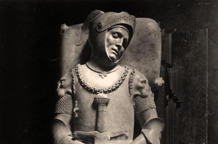 """Conoscete la misteriosa storia di Guidarello Guidarelli, illustre condottiero ravennate al servizio di Cesare Borgia, e della statua che lo rappresenta?  La sua lastra tombale è conservata al Mar [Museo d'Arte della città di Ravenna] ed è legata e numerose vicissitudini e a una leggenda. Si dice infatti che """"se una donna nubile bacia la statua, si sposerà entro l'anno"""", mentre """"se il bacio è dato da una donna sposata, avrà un bambino entro l'anno"""""""