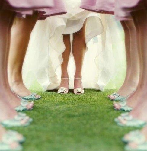 bride with bridesmaids wedding photography poses | ... photography (wedding,wedding photo,bride,wedding dress,bridesmaids