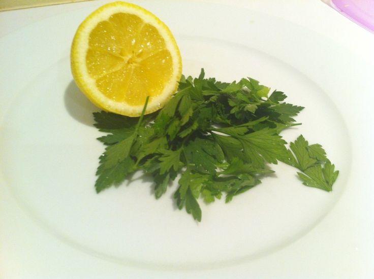 bebda quemagrasa. Ingredientes: Anuncio Un limón. 60 gramos de perejil 8 Onzas de agua Modo de preparación: corta el limón por la mitad, extrae su jugo. Una vez hecho esto vierte el agua en la licuadora, agrégale el perejil y el jugo de limón. Modo de uso: Toma esta bebida durante 6 días. Desde el día número 7 toma un descanso de 10 días. Luego comienza nuevamente el ciclo hasta completar un mes. Recuerda que debes tomar esta bebida en las mañanas, en ayunas.