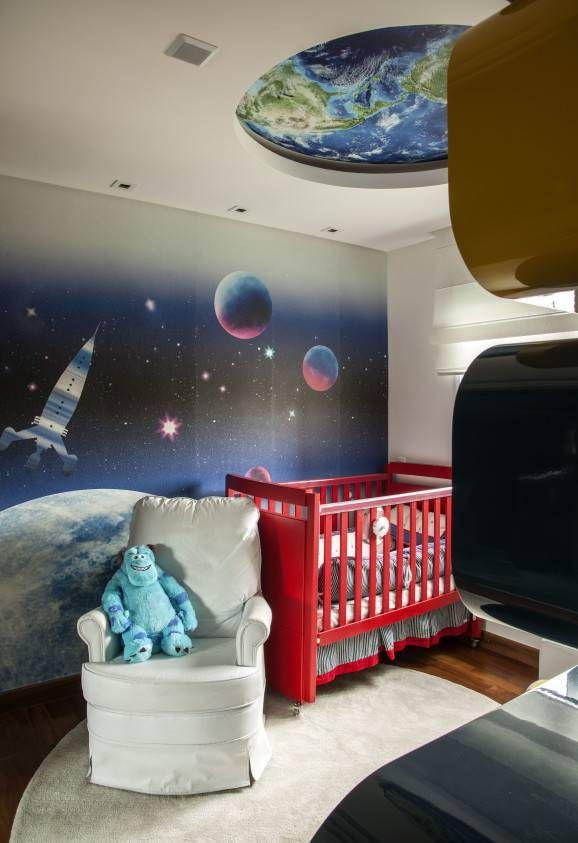 decoração de quarto de bebê com berço vermelho