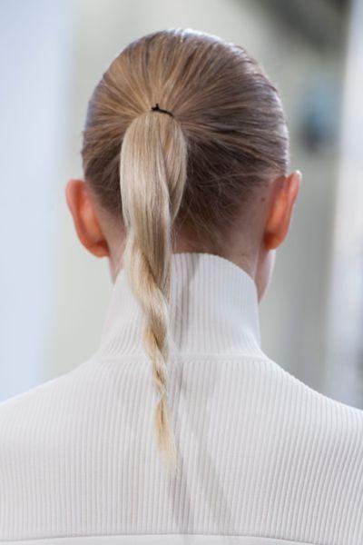 Queue de cheval twistée -  Les tendances coiffures Fashion Week printemps-été 2016 - http://www.lothmann.com/nos-tendances-coiffures-inspirees-de-la-fashion-week-printempsete-2016/