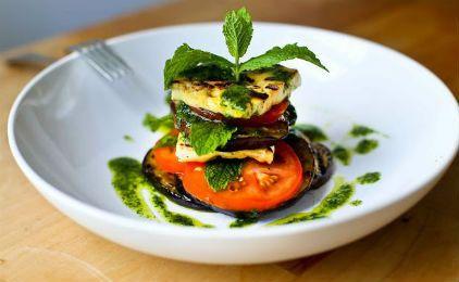 Σαλάτα με ψητά λαχανικά και χαλούμι