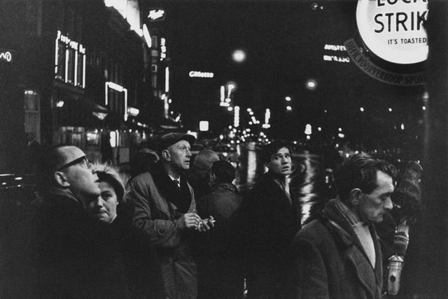 1956. Soccer enthousiasts gather on Sunday night at a tobacco store on the Rembrandtplein to view local and national soccer results and standings. Photo Oscar van Alphen. #amsterdam #1956 #Rembrandtplein