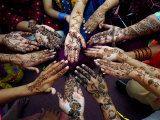 Las niñas paquistaníes muestran sus manos pintadas de henna Antes de la fiesta musulmana de Eid-Al-Fitr