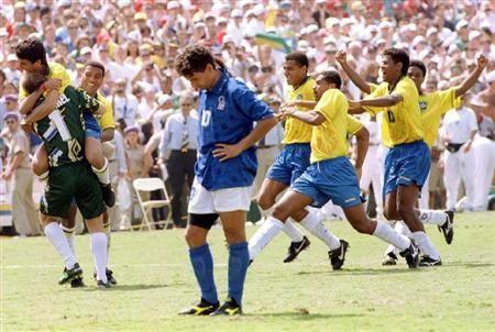 【W杯のスーパースター】イタリア代表 バッジョ  94年W杯決勝。PK戦でシュートを外し、うなだれるバッジョ(手前)の奥で、優勝したブラジルは大喜び (ロイター)