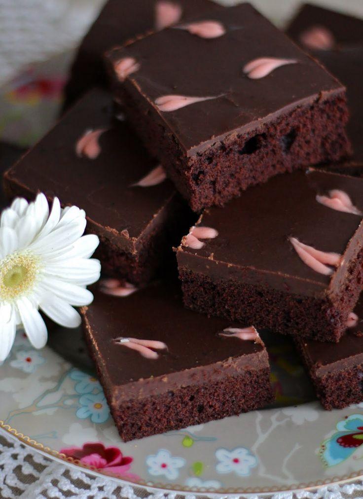 Sydämmellistä helmikuuta! Ystävänpäivän kunniaksi sydämiä tulee vilisemään enemmänkin blogissa helmikuun aikana. Tätä suklaapiirakkaa tein p...