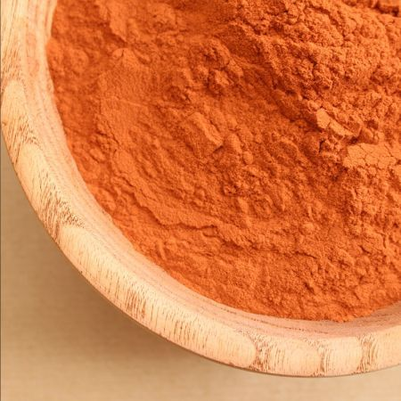 Extrait de Quebracho - Couleur :  Fibre textile : beige rosé à brun  Le Quebracho est un arbre dont le nom provient de l'espagnol quiebra hacha (brise hache) à cause de la très grande dureté de ce bois qui l'a peut-être longtemps préservé de tout type d'exploitation.  Mais il est particulièrement riche  en tanins et matières colorantes et remplaça rapidement d'autres tanins végétaux. Il fut donc l'objet d'une exploitation intensive. Au début du 20ème S., le Quebracho fut la plus importante…