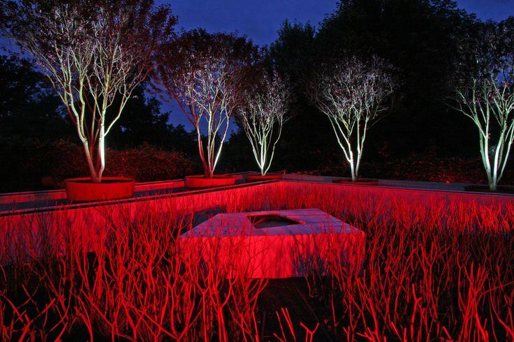 Czerwone oświetlenie ogródu https://www.homify.pl/katalogi-inspiracji/10006/zewnetrzne-oswietlenie-domu