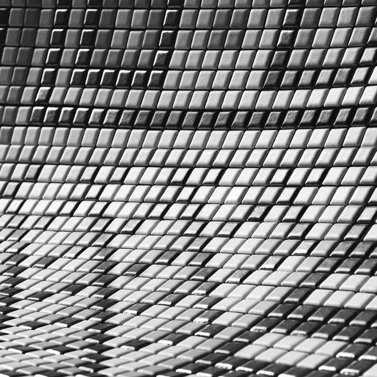 I Flisbloggen kan du lese om bruk av ulike mosaikk kvaliteter. Det er mange fordeler med å bruke keramikkmosaikk, estetiske, renholdsmessige og ikke minst de unike tekniske egenskapene. https://flisbloggen.no/2017/01/15/keramikkmosaikk-eller-glassmosaikk/ #norfloor #fliser #design #oppussing #italiensk #bad #kjøkken #stue #interiør #mosaikk #appiani