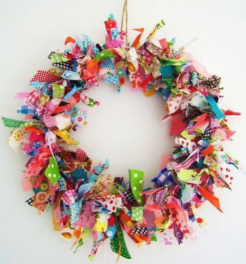 DIY Couronne de noël multicolore en chutes de tissus nouées autour d'un anneau