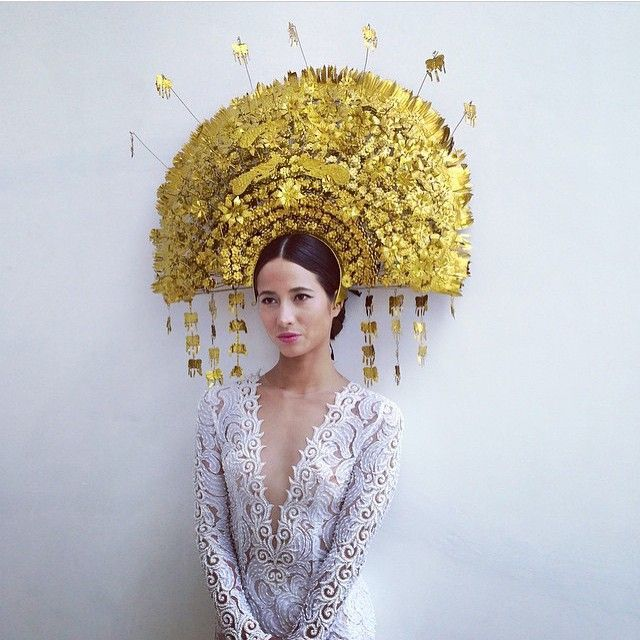 They say go big, or go home. What a magnificent suntiang! It is so majestic you surely stand out in it. Double tap if you like this grand headpiece!  Model @hannahetokuno Headpiece by @sabbatha Hair and makeup by @janakejana Photo via @janakejana