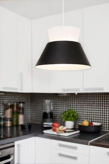 Kartiot yhdistelee kauniista mustaa ja valkoista. Valaisimen on suunnitellut Yki nummi 50-luvulla.  http://www.valotorni.fi/product/5171/kartiot-riippuvalaisin-musta-350  #mustavalkoinen